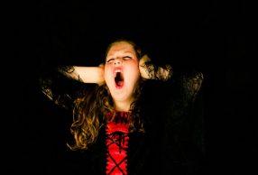 bambina urla