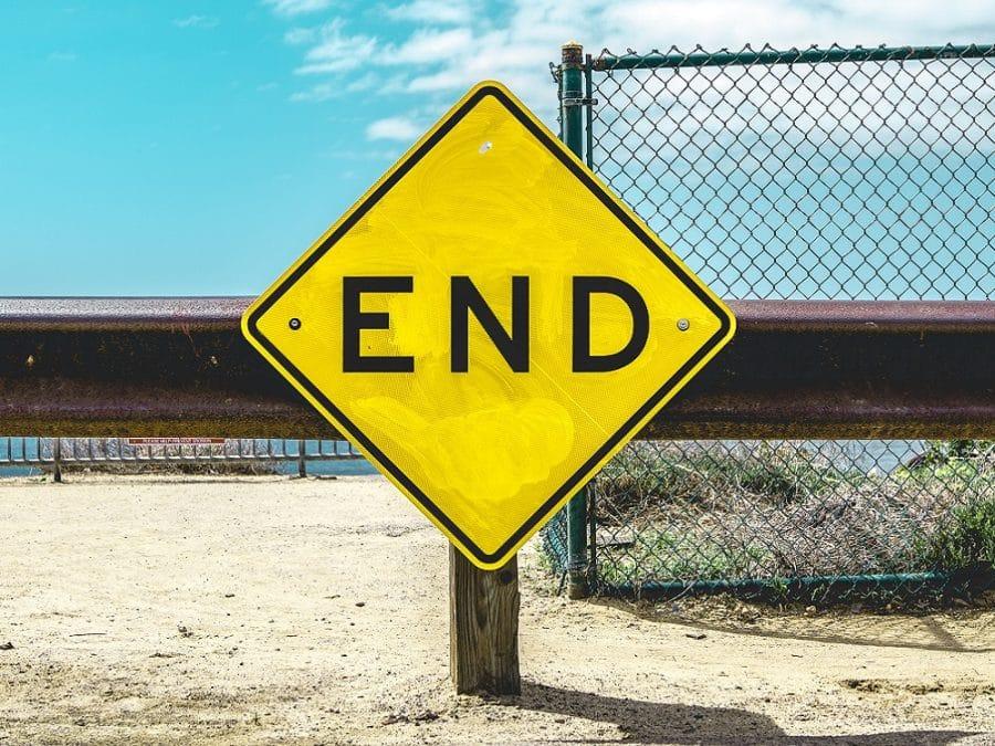 cartello giallo con scritta End, fine