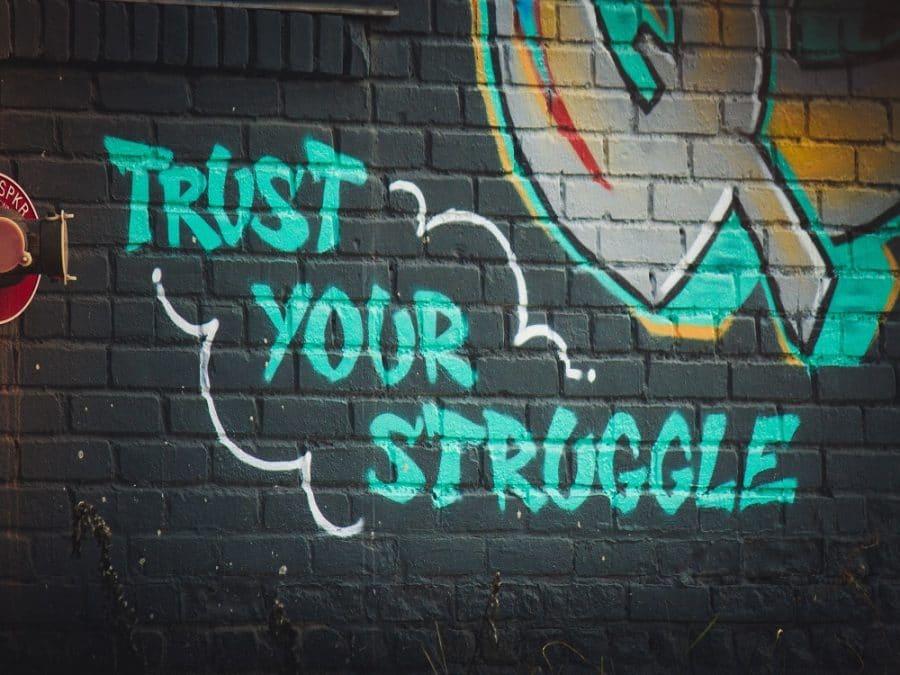 """Street Art, scritta """"Credi nella tua battaglia"""""""
