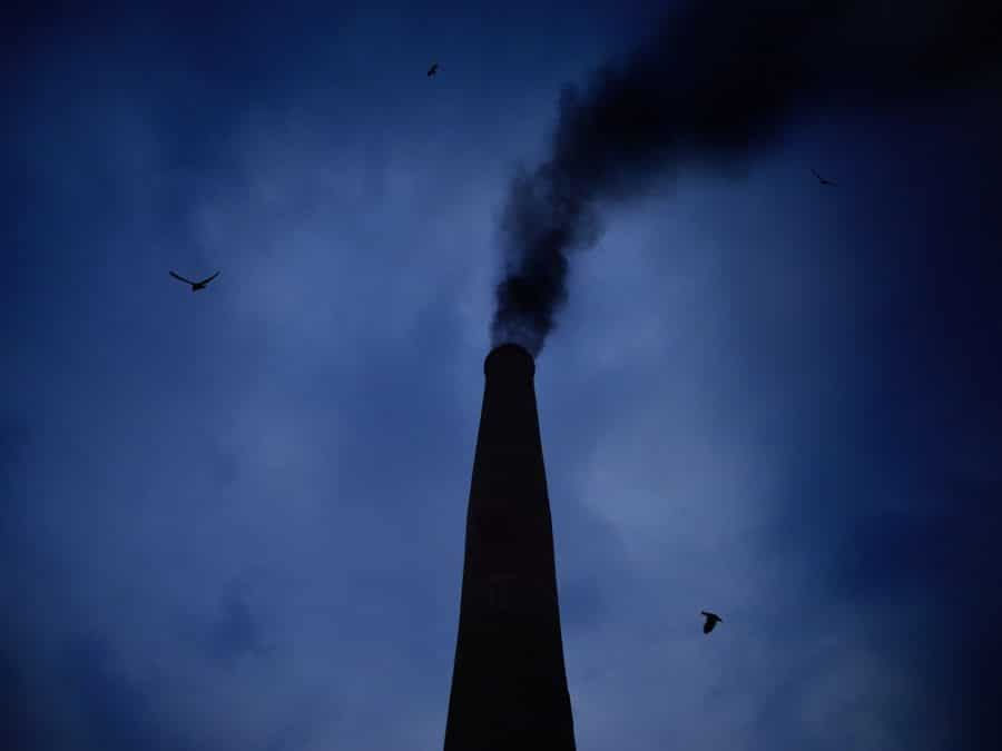 Inquinamento con fumo che esce da una ciminiera