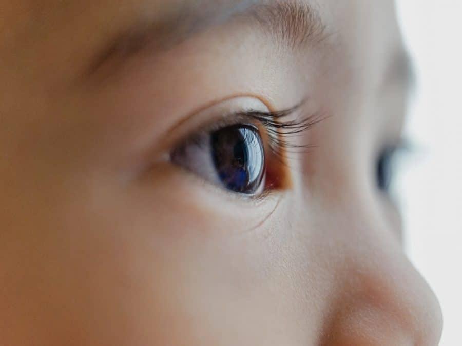 Bambino, primo piano con dettaglio degli occhi