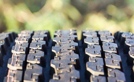 vecchi pneumatici usati fotografati in fila