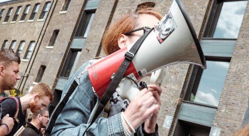 ragazza protesta con megafono in mano