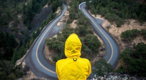 Persona di spalle guarda strada in asfalto