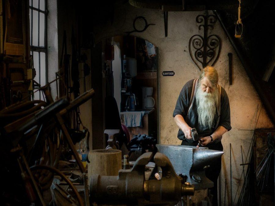Lavoratore anziano con barba bianca