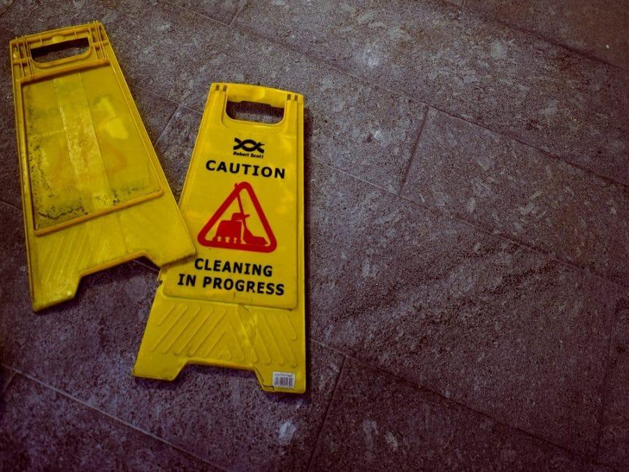 Pulizie domestiche, cartello di pericolo