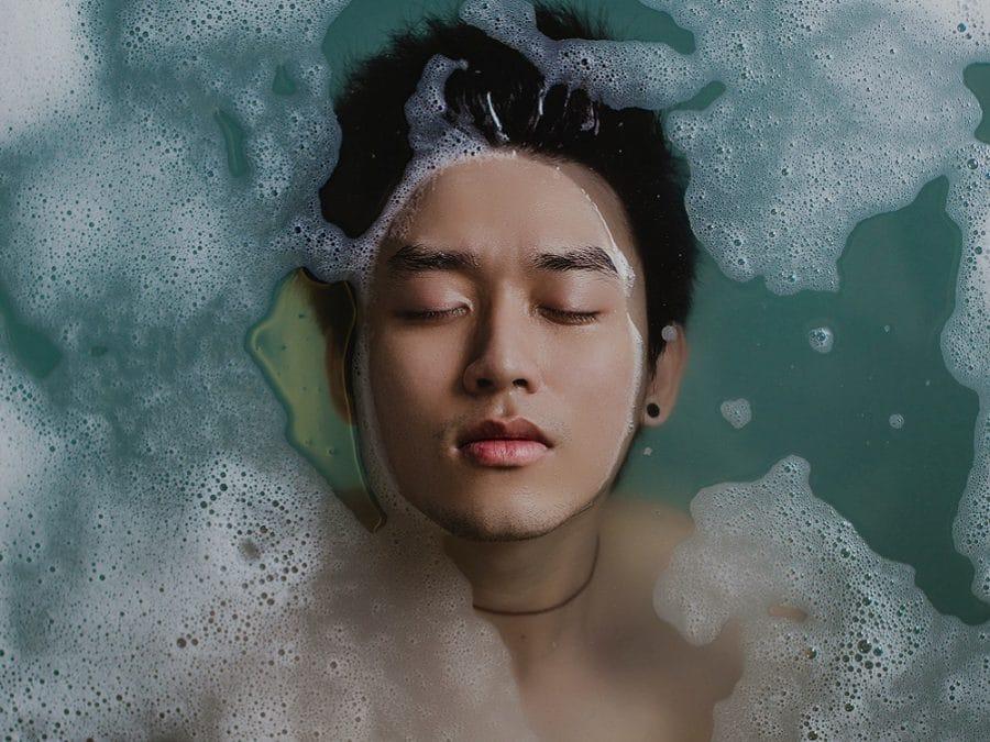 Ragazzo immerso nell'acqua e schiuma
