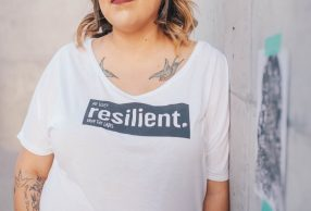 T-shirt con scritta Resilient