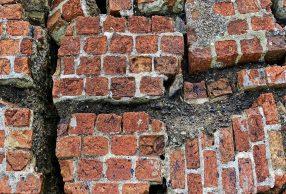 Muro distrutto da una scossa di terremoto
