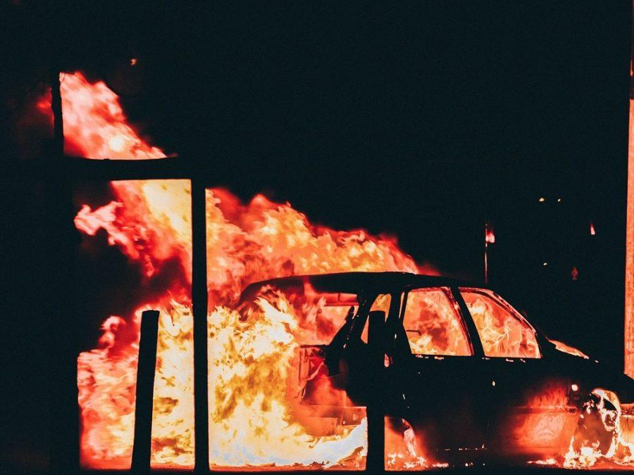 Veicolo in fiamme durante una protesta di piazza