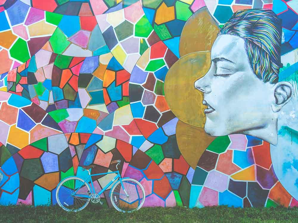 Bicicletta appoggiata al muro