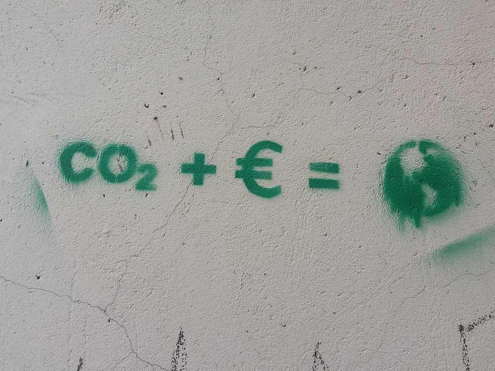 Scritta sul muro sulla CO2 che inquina il pianeta