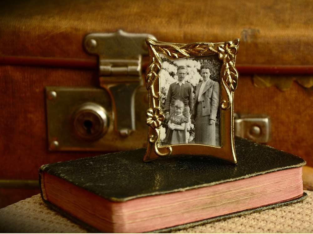 Foto di altri tempi e valigia vecchia