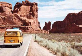 In viaggio su un pulmino Volkswagen