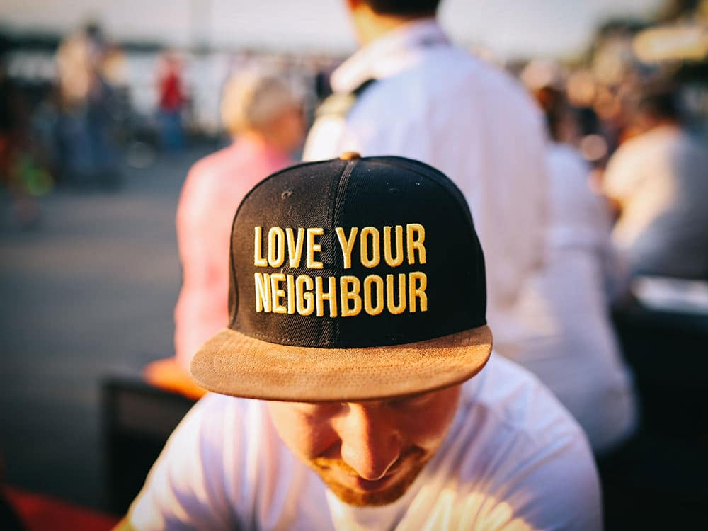 """Cappello con scritta """"Ama il tuo vicino"""""""