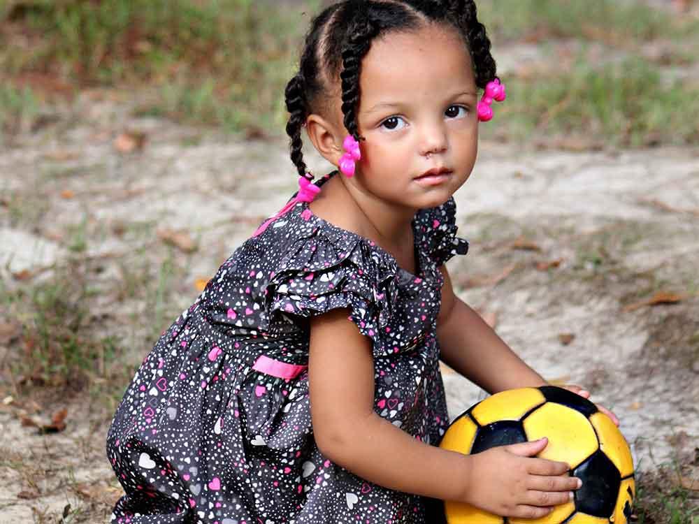 Bambina con pallone da calcio