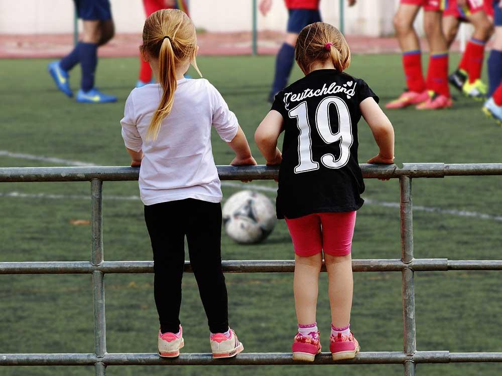 Bambine a una partita di calcio