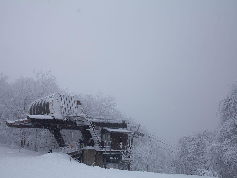 Casa immersa nella neve
