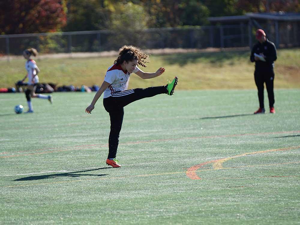 Giovane giocatrice di calcio
