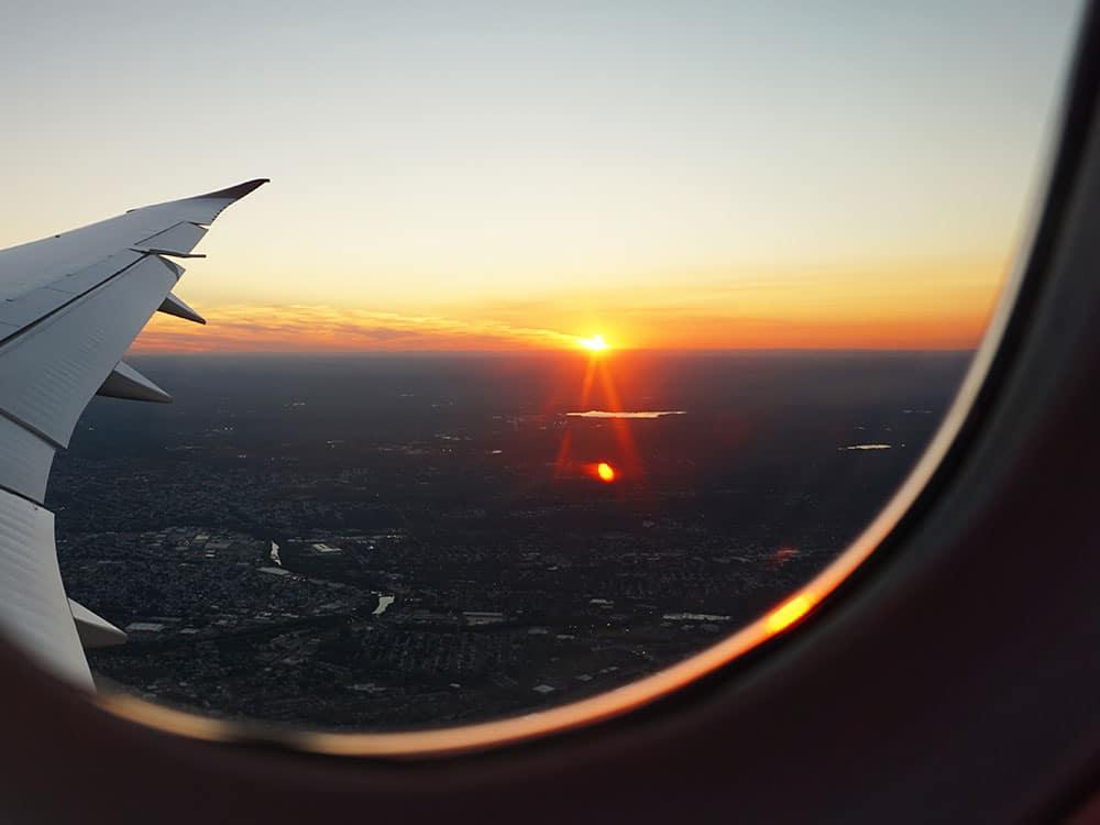 Vista dall'oblò di un aereo