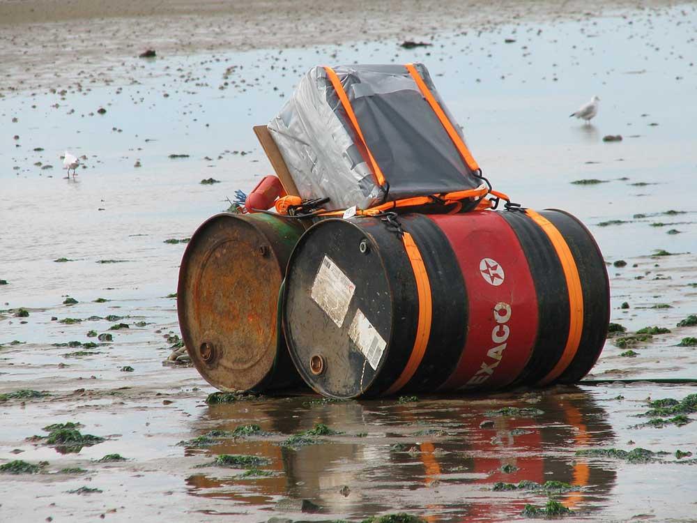 Barili di petrolio nel mare