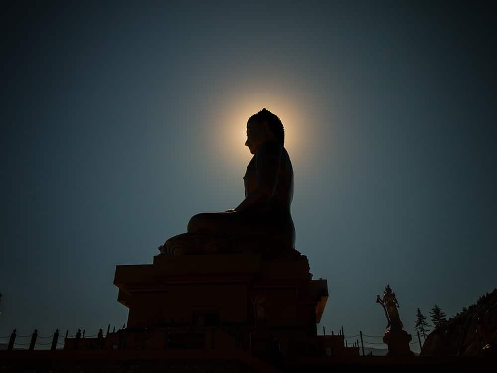 Alba su statua di Buddha