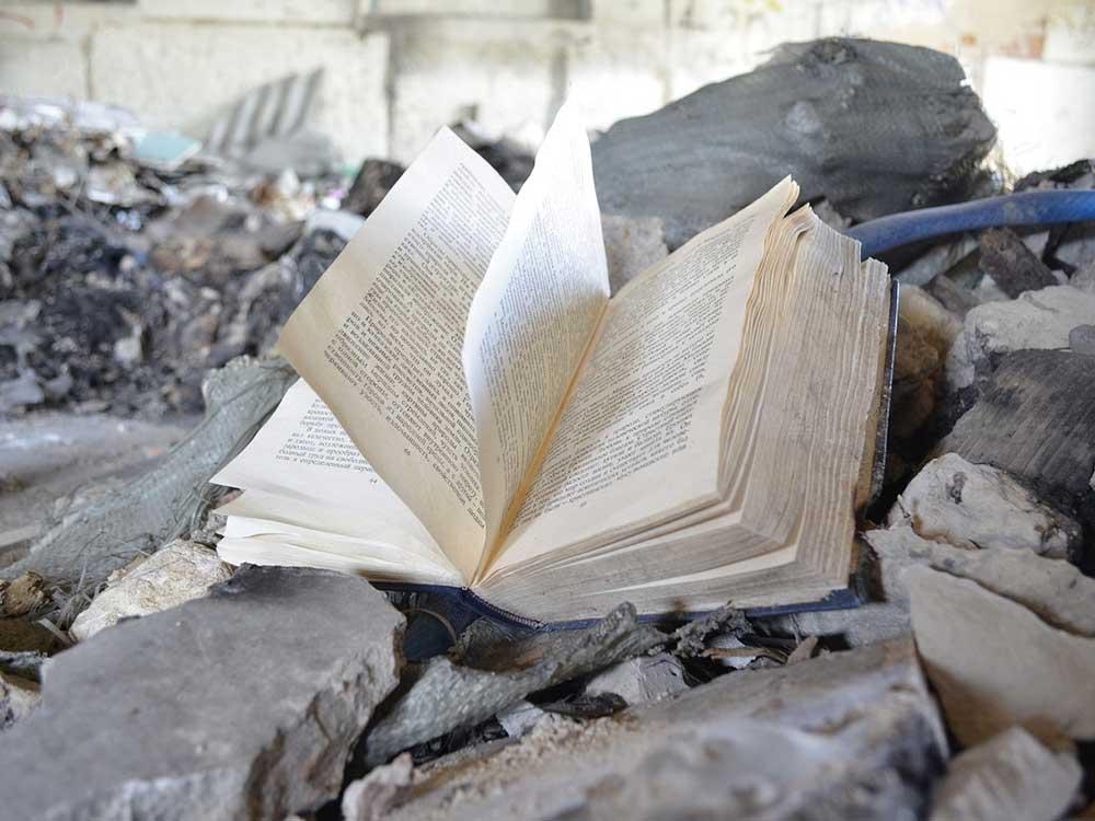 Libro nei rifiuti