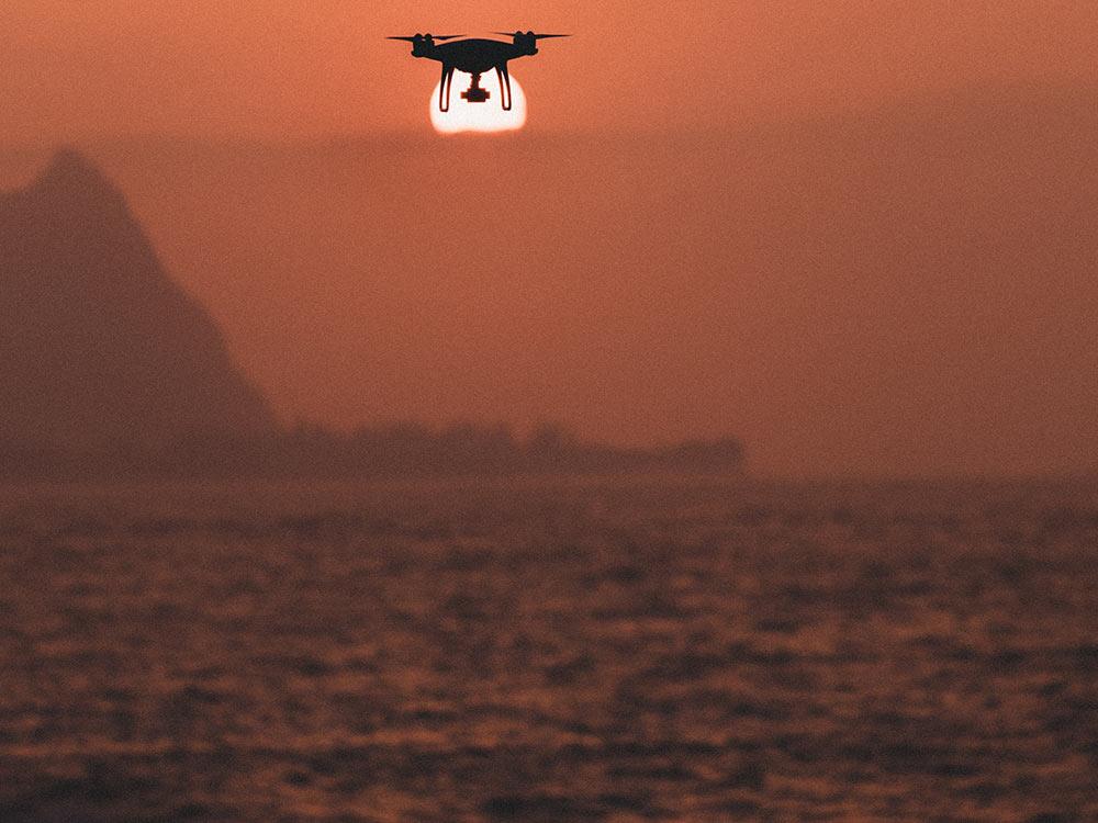 Drone che vola sul mare
